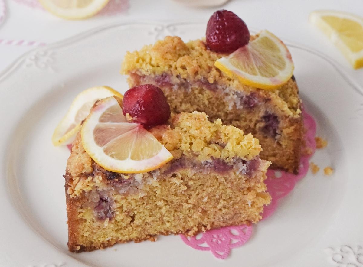 Κέικ λεμονιού με κόκκινα φρούτα & cramble αμυγδάλου